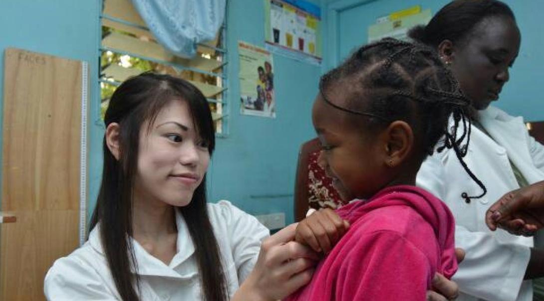アフリカの看護師をサポートする日本人インターン